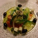 Farbiger Blattsalat mit kretischem Dressing