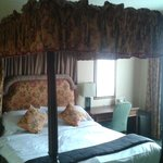 four poster bed in room 3