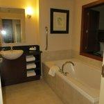 Salle de bain d'une chambre avec bain et douche séparés