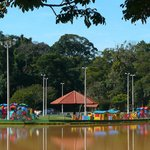 Vista do lago e playground