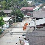 Almosengang der Mönche vor dem Hotel