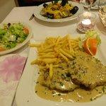 Vitello Schnitzel mit Rahm, Salat, Pommes