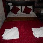 Διπλό κρεβάτι σε δωμάτιο