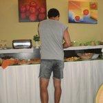 Preparando el desayuno...todo el tiempo te reponen todo!!!