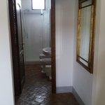 Perspectiva do quarto para o banheiro