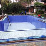 La piscinne est maintenant nettoyée et  prête à être remplie