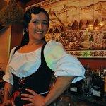 """""""Nieves la molinera"""", baila y atiende a los clientes con su radiante gracia."""