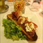 Une des entrées : Jambon de bayonne au Chèvre Frais sur Pain de Campagne grillé au Miel ! .. Un