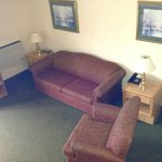 Loft Jacuzzi Suite - Lower level seating area