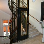холл отеля с лифтом