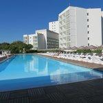 Сам отель и бассейн