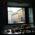 La vista a la calle y el desayuno servido