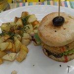 Hamburguesa de cangrejo con papas