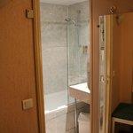 Banheiro privativo com banheira e ducha