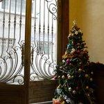 ホテルエントランス。クリスマス過ぎてますけどツリーは健在