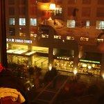 Вид из номера на кафе Старбакс