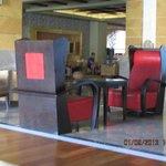кресла в холле отеля