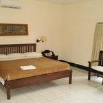 Huge bed, quiet a/c, spacious room