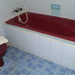 Quirky red bath & loo...all clean and functioning :)