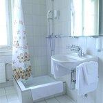 Dusche und Toilette in je Zimmer