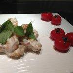 Salada de camarões com tomates cereja