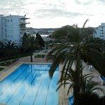 Vista de la piscina y playa al fondo