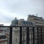Кусочек Эйфелевой башни, которую видно из окна!