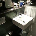 Ванная комната, много лосьонов и средств гигиены