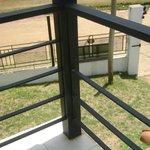 al balcon le faltan partes de la reja!