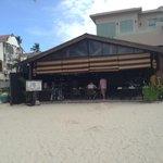 Two seasons, вид с White beach на отель и Lo Bar