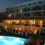 Nattvy över hotellets centrala del.