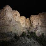 Mount Rushmore di notte
