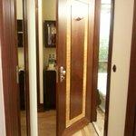 коридор и дверь в ванную комнату