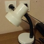 Une lampe sur ce qui ressemble à un vague bureau