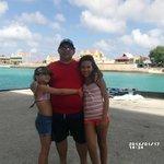 En Kralendijk, con mis hijas. Playa super