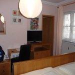 Flachbildfernseher, Schreibtisch und Zimmer zum Bad