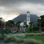 vista de La Fortuna con el volcán Arenal al fondo