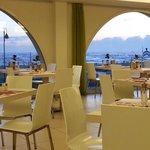 La sala da pranzo con vista mare