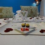 Pormenor da cama e decoração romântica