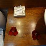 Amenities e decoração com pétalas de rosa vermelha