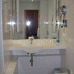 Lavabo y espejo