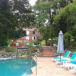 Vista del hotel desde una de las piscinas
