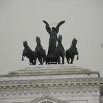 Anjo e cavalos em uma das extremidades do monumento