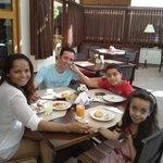 Maravilhoso café da manhã em família no Le Renard em Campos do Jordão.