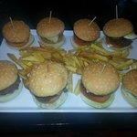 nueva tabla de mini hamburguesas con patatas caseras