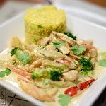 Piept de pui cu sos curry si orez aromatizat