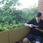 El balcón, amplio, es el lugar para fumar