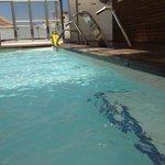 onder water ook veel plekken met losse tegels! algemene pict zwembad