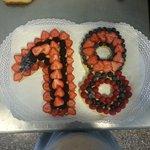 Torta di compleanno personalizzata con eta' scritta con la frutta