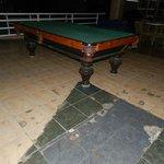 Estado del suelo y limpieza de patas mesa de billar.